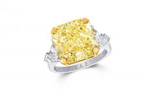 يسار: خاتم غراف مرصع بحجر من الماس الأصفر. Graff yellow diamond ring