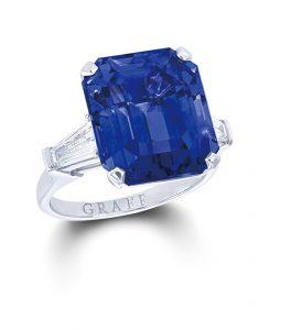 يمين: خاتم غراف مرصع بحجر من السافير الأزرق. Graff Blue sapphire ring