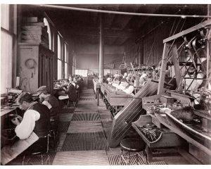 """المشغل الخاص بدار تيفاني أند كو. في شارع """"فيفث أفينيو-نيويورك"""" في بدايات القرن العشرين. workshop is at Tiffany & Co on Fifth Avenue, NY at the beginning of last century."""