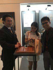 هل ممكن أن تكون هذه زبونة جديدة لدى P.Journe؟ المدير العالمي لقسم المبيعات لدى الدار يشرح لزميلتنا Steffi عن المجموعة الجديدة. الصورة: Tom Chng @singaporewatchclub