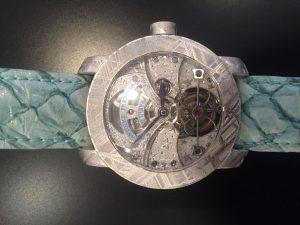 ساعة Stella Polare Tourbillon من Antoine Preziuso ، بعلبة مصنوعة من شظايا النيازك الشديدة الندرة. تضم آلية توربيون ، تطلب انتاجها عشر سنوات من العمل