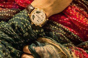 ساعة جييجر-لوكولتر على معصم السائق لإحدى السيارات الكلاسيكية لمهراجا جودبور. Jaeger-LeCoultre at the wheel of one of the Maharaja of Jodhpur's classic cars