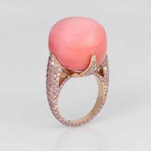 في 44.55 قيراط، لؤلؤ المحار الباروكي باللون الوردي يبرز من وسط خاتم David Morris .