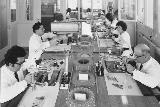 ورشة عمل Heuer في مدينة بين السويسرية عام ١٩٦٨. تزعم الدار بأنها كانت أول من استخدم خط تجميع ايجيما. (TAG Heuer).