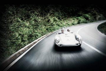 كارل-فريدريك شوفوليه و جاكي إكس يقودان سيارة كلاسيكية. (Chopard)