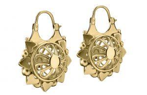 قرطين من الذهب بتصميم مفرغ من المجموعة الجديدة. (المصدر:Harvey Nichols)